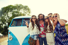 Hippiefreunde über dem Mehrzweckfahrzeugauto, das Friedenszeichen zeigt Stockbild