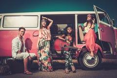 Hippiefreunde auf einer Autoreise Stockfoto