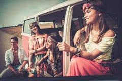 Hippiefreunde auf einer Autoreise Stockbild