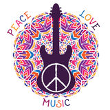 Hippiefriedenssymbol Frieden, Liebe, Musikzeichen und Gitarre auf aufwändigem buntem Mandalahintergrund Stockfotografie