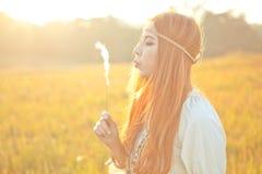 Hippiekvinna som blåser blomman Arkivbilder