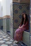 Hippiemädchen, das nahe bei dem schönen marokkanischen Mit Ziegeln decken lächelt stockfotos