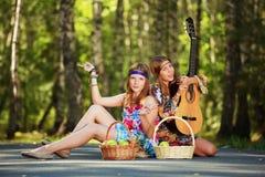 Hippiemädchen mit der Gitarre im Freien Stockfotos