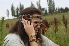 Hippiemän talar på mobiltelefonen Arkivbild