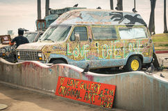Hippiemehrzweckfahrzeug in Venedig-Strand - Los Angeles Lizenzfreies Stockfoto