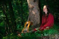 Hippiemeisje met de gitaar stock fotografie