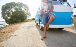 Hippiemens bij minivan auto op weg Royalty-vrije Stock Foto