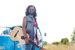 Hippiemens met gitaar over minivan auto openlucht Royalty-vrije Stock Foto's