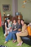 Hippier som sitter på soffan royaltyfri bild