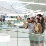 Hippies dans le centre commercial prenant Selfie Photos stock