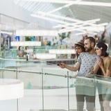 Hippies dans le centre commercial prenant Selfie Images libres de droits