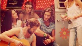 Hippies, die heraus durch Reisemobil hängen stock footage