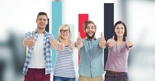 Hippies, die oben Daumen bei der Stellung gegen Diagramm gestikulieren Lizenzfreies Stockfoto