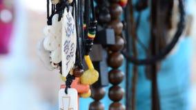 Hippies en stammenhalsbanden die in de ambachten van het boxkuchen hangen stock videobeelden
