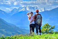 Hippies heureux d'amis trimardant en montagnes Photographie stock