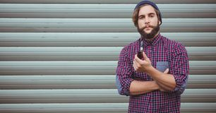 Hippies tenant le tuyau de tabagisme contre le mur photos stock