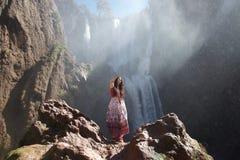Hippietoerist die vredesteken voor waterval maken royalty-vrije stock afbeeldingen