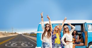 Hippievänner över minivanbilen på oss rutt 66 Arkivbild