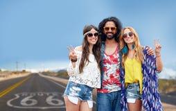 Hippievänner som visar fred över oss rutt 66 Arkivfoton
