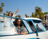 Hippievrienden in minivan auto bij het strand van Venetië Royalty-vrije Stock Foto's