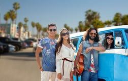 Hippievrienden over minivan auto bij het strand van Venetië Stock Afbeelding