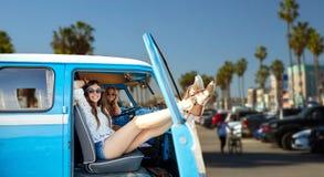 Hippievrouwen in minivan auto bij het strand van Venetië in La Royalty-vrije Stock Foto's