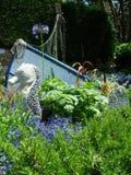 Hippocampe et bateau entourés par des fleurs chez Compton Acres, Dorset R-U photos libres de droits