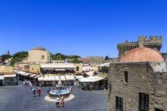 Hippocrates kwadrat z sklepami w starym grodowym grodzkim terenie Rhodes, Dodecanese, Grecja obrazy royalty free