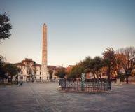 hippodrome Ormkolonn Obelisk Constantine i Sultanahmeten royaltyfri bild
