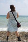 Hippy de la muchacha en la costa Fotos de archivo