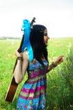 Hippy della ragazza con la chitarra Eleganza di Boho Styl della Boemia Immagini Stock