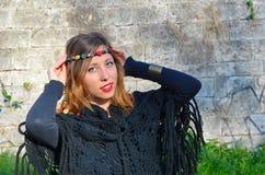 Hippy flicka med färgrika halsband runt om hennes huvud Royaltyfria Bilder