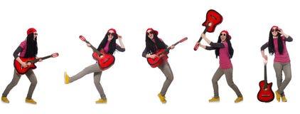 Hipstegitarrspelaren på vit Arkivfoton