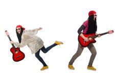Hipstegitarrspelaren på vit Fotografering för Bildbyråer