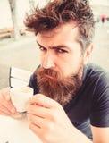 Hipster στο σοβαρό ακριβή καφέ κατανάλωσης προσώπου υπαίθριο λήψη ατόμων έννοιας καφέ σπασιμάτων Το άτομο με τη γενειάδα και must στοκ εικόνα με δικαίωμα ελεύθερης χρήσης
