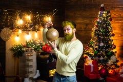 Hipster Άγιος Βασίλης Νέα παραμονή έτους ατόμων Χαρούμενα Χριστούγεννα και καλές διακοπές Πορτρέτο ενός βάναυσου ώριμου Άγιου Βασ στοκ εικόνες με δικαίωμα ελεύθερης χρήσης
