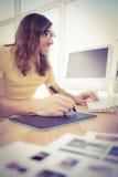 Hipster με τη δακτυλογράφηση ταμπλετών γραφικής παράστασης στο πληκτρολόγιο Στοκ εικόνες με δικαίωμα ελεύθερης χρήσης