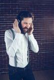 Hipster με τις προσοχές ιδιαίτερες απόλαυση της μουσικής Στοκ Εικόνες