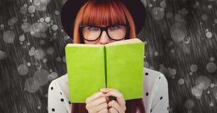 Hipster που κρατά την πράσινη βίβλο στο αφηρημένο κλίμα στοκ εικόνα