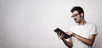 Hipster που προσπαθεί να χρησιμοποιήσει την ψηφιακή ταμπλέτα Στοκ φωτογραφίες με δικαίωμα ελεύθερης χρήσης