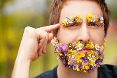 Hipster πρόσωπο-που καλύπτεται με τη σκέψη λουλουδιών Στοκ Εικόνες