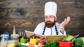 Μαγειρικές τέχνες Συνταγή για να μαγειρεψει τα υγιή τρόφιμα Πεπειραμένος αρχιμάγειρας που μαγειρεύει το άριστο πιάτο Αυτή η συντα στοκ εικόνες με δικαίωμα ελεύθερης χρήσης