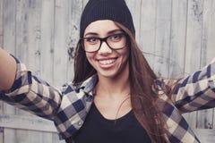 Κορίτσι Hipster στα γυαλιά και τα στηρίγματα Στοκ φωτογραφία με δικαίωμα ελεύθερης χρήσης