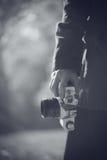 Θηλυκός φωτογράφος Hipster που εξερευνά τα τοπία α φύσης φθινοπώρου Στοκ Φωτογραφίες