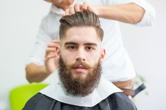 Hipster bij de kapper stock afbeelding