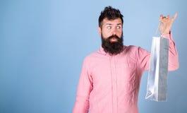Hipster bij het opgewekte gezicht gewijd of shopaholic winkelen Kerel die op verkoopseizoen winkelen met kortingen Verkoop en kor stock afbeelding