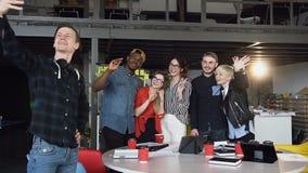 Hipster commercieel team die terwijl het nemen selfies in het bureau stellen stock videobeelden