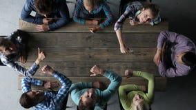 Hipster commercieel team met omhoog duimen