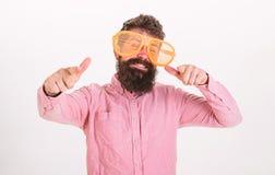 Hipster die door van reuze gestreepte zonnebril kijken Optica en glazenconcept Mens met baard en snor op gelukkig stock afbeeldingen