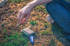 Hipster die een sigaret houden die - van rook buiten genieten Stock Foto's